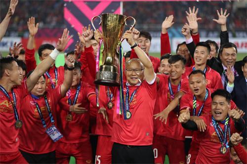 HLV Park Hang-seo nâng cao chiếc Cúp vô địch AFF Cup. Ảnh: vnexpress.net