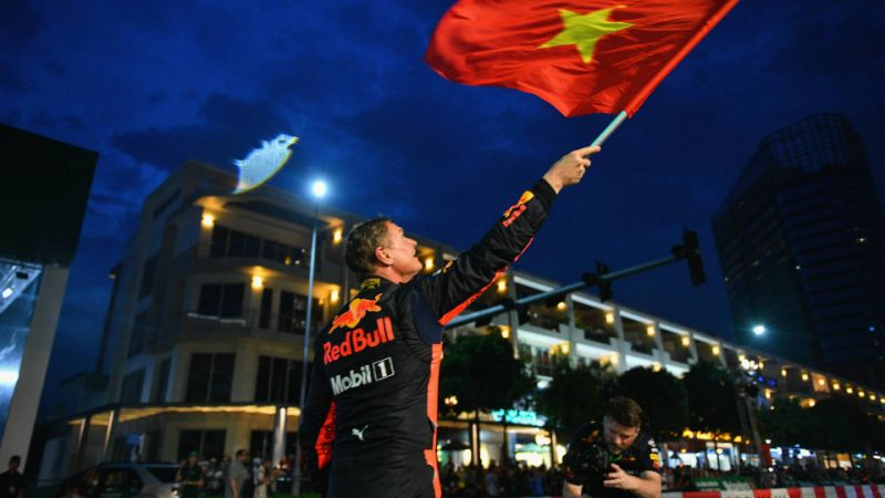 Tay đua David Coulthard vẫy cờ Việt Nam trong một sự kiện F1 tại Thành phố Hồ Chí Minh. Ảnh: Zimbio.com