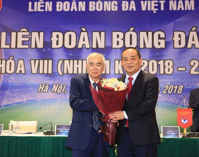 Ông Lê Khánh Hải (phải) nhận chức Chủ tịch VFF nhiệm kỳ 2018-2022. Ảnh: dantri.vn