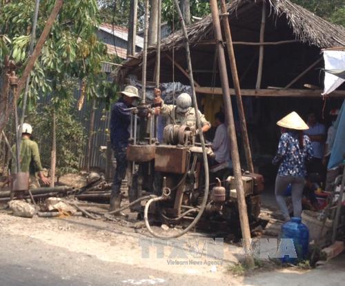 Người dân xã Lương Tâm (huyện Long Mỹ) khoan giếng khai thác nước ngầm phục vụ sinh hoạt, tưới tiêu, chống hạn. Ảnh: Huỳnh Sử/TTXVN