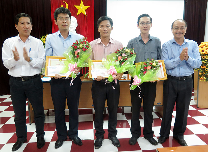 Lãnh đạo Sở Xây dựng và Cục Công tác phía Nam Bộ Xây dựng trao giải nhất, nhì, ba cho tác giả có mẫu nhà đạt giải.