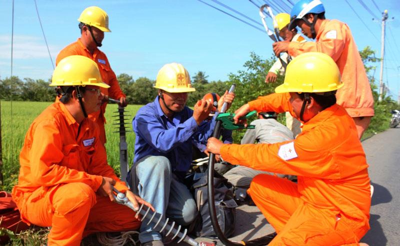 Thay đường dây điện tại xã An Ngãi Trung, huyện Ba Tri.
