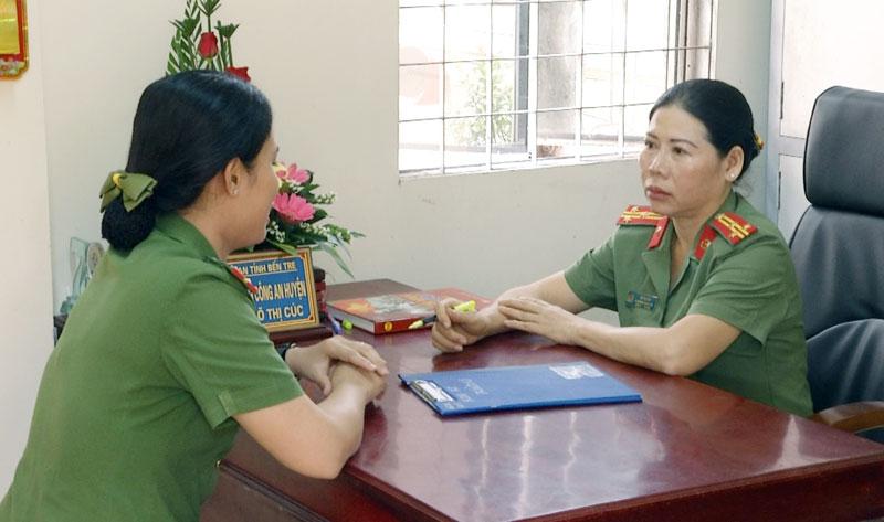 Thượng tá Võ Thị Cúc (phải) đang trao đổi nghiệp vụ với đồng nghiệp.