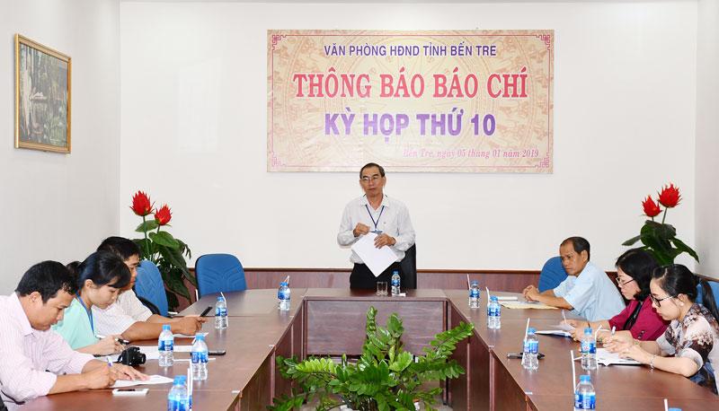 Chánh Văn phòng HĐND tỉnh Đặng Ngọc Anh chủ trì buổi họp báo.