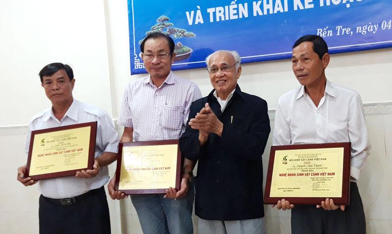 Nguyên Bí thư Tỉnh ủy Nguyễn Xuân Kỷ trao danh hiệu Nghệ nhân quốc gia.