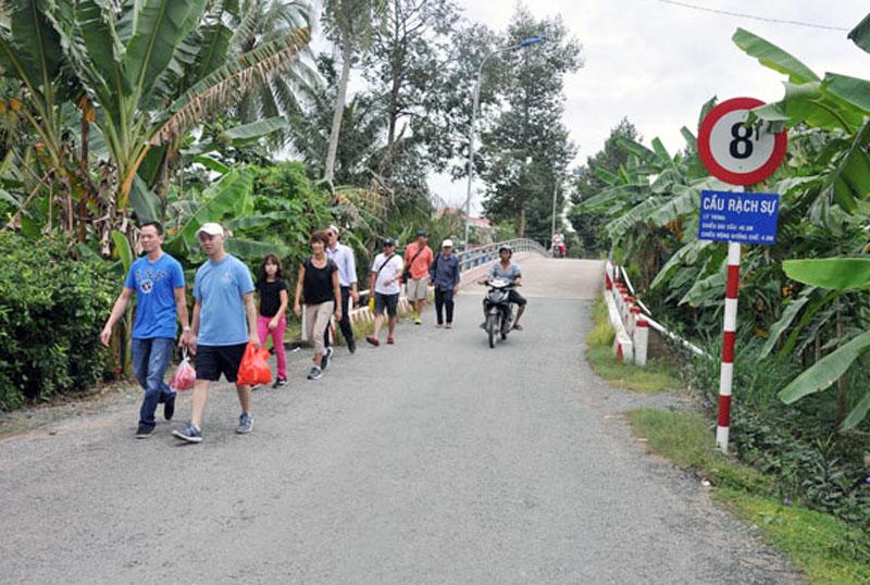 Hệ thống giao thông hoàn chỉnh góp phần thúc đẩy phát triển du lịch tại xã NTM Nhơn Thạnh.  Ảnh: Hồng Quốc