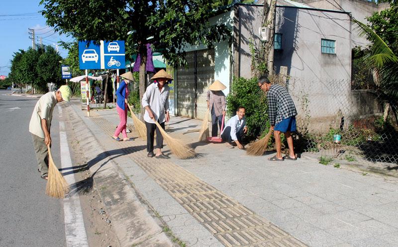 Người dân Tổ 26, ấp Bình An, xã Bình Thành thường xuyên dọn dẹp vệ sinh, tạo môi trường xanh - sạch - đẹp.