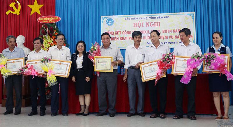 Cá nhân nhận Bằng khen Tổng cục BHXH Việt Nam. Ảnh: Phan Hân