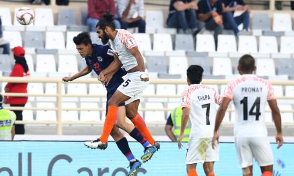 Thái Lan (áo xanh) lép vế trước Ấn Độ trong hiệp hai. Ảnh: AFC