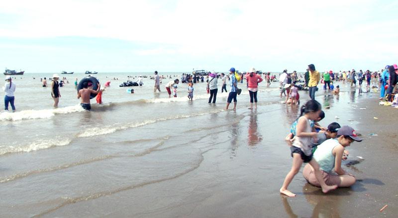 Biển Cồn Bửng ngày càng thu hút đông khách du lịch. Ảnh: Văn Minh