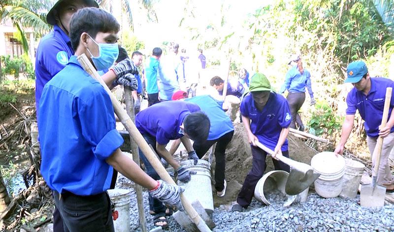 Thanh niên tham gia thực hiện công trình giao thông nông thôn. Ảnh: Cao Khiết