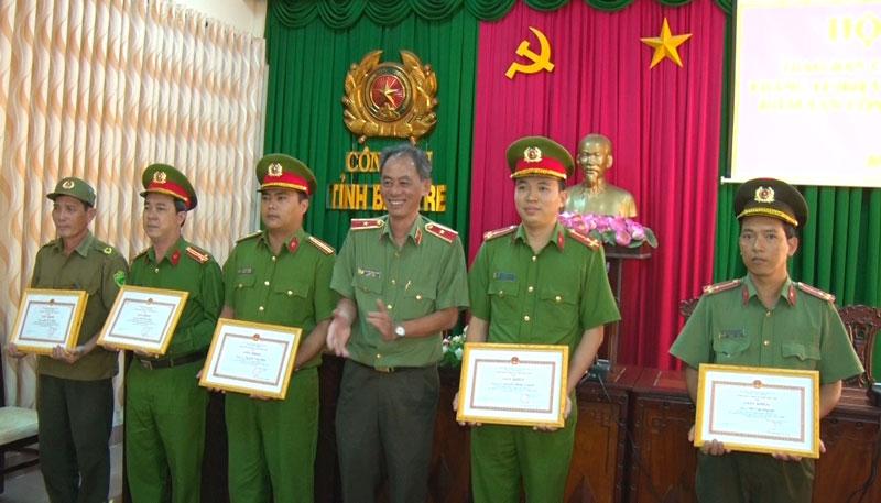 Giám đốc Công an tỉnh trao thưởng cho các cá nhân và tập thể. Ảnh: Bảo Nhân