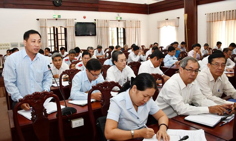 Các đại biểu trình bày tham luận tại hội nghị.