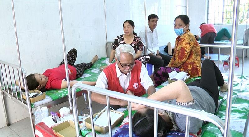 Người dân tham gia hiến máu tình nguyện. Ảnh: Cao Khiết