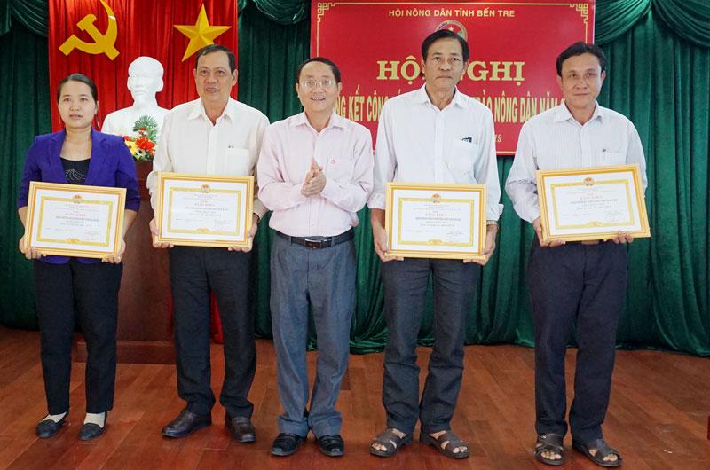 Chủ tịch Hội Nông dân tỉnh Đoàn Văn Đảnh trao bằng khen cho các tập thể. Ảnh: Q. Hùng