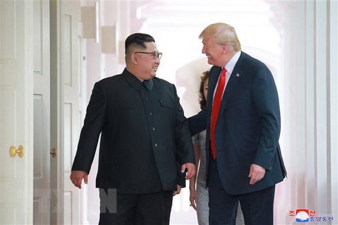 Nhà lãnh đạo Triều Tiên Kim Jong-un (trái) trong cuộc gặp thượng đỉnh với Tổng thống Mỹ Donald Trump tại Singapore ngày 12-6-2018. Nguồn: EPA/TTXVN