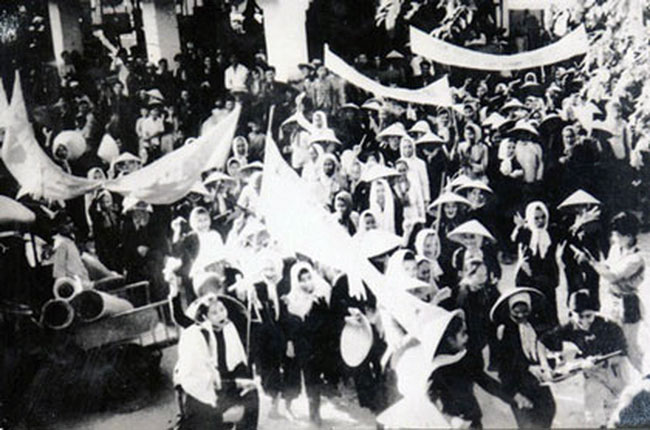"""Chính Trung ương về sau nêu vấn đề tổng công kích, tổng khởi nghĩa trên cơ sở ba mũi giáp công này, cũng là trên cơ sở kinh nghiệm thực tiễn của phong trào, mà trong đó cái phần đóng góp của Bến Tre là rất quan trọngn """"Đội quân tóc dài"""" biểu tình trong phong trào Đồng khởi năm 1960. Ảnh tư liệu"""