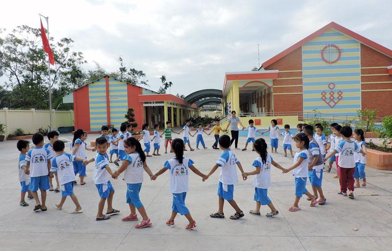 Giờ hoạt động ngoài trời của học sinh Trường mẫu giáo đạt chuẩn quốc gia.