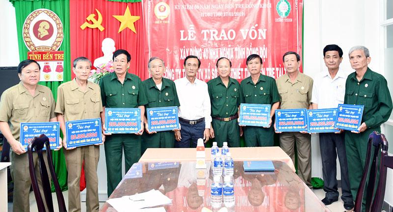 Trao vốn cho đại diện các huyện.