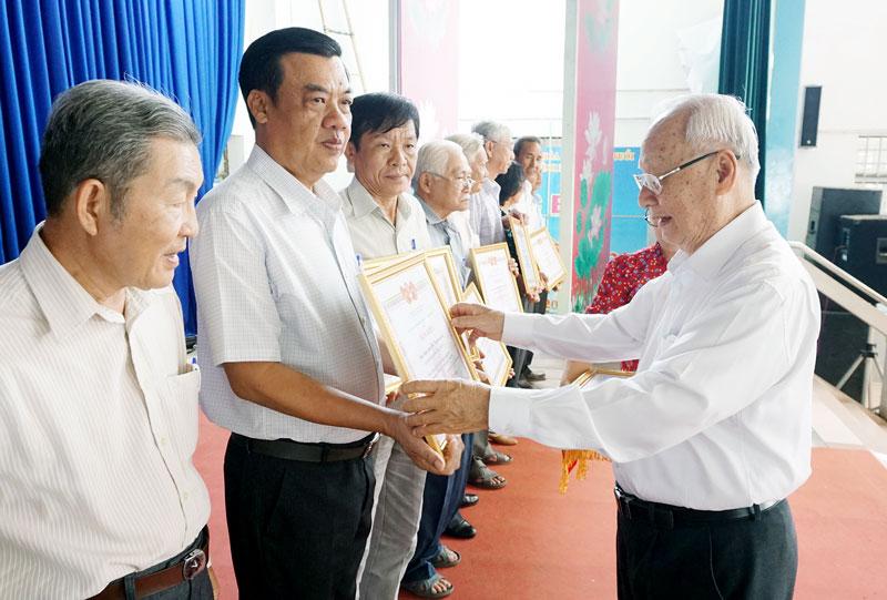 Ông Huỳnh Khắc Hiệp - Trưởng Ban đại diện người cao tuổi tỉnh trao bằng khen cho các tập thể.