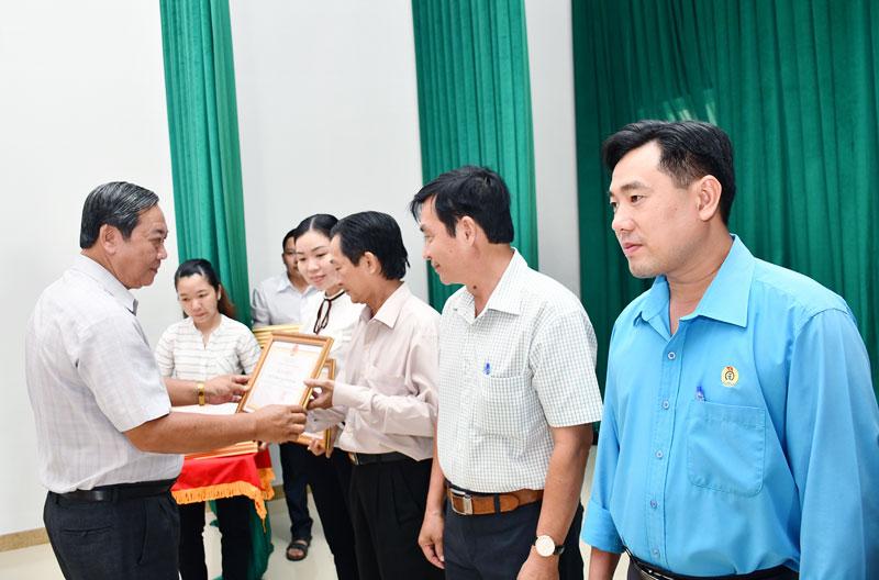 Phó chủ tịch UBND tỉnh Nguyễn Hữu Phước trao bằng khen của UBND tỉnh cho các cá nhân tiêu biểu.