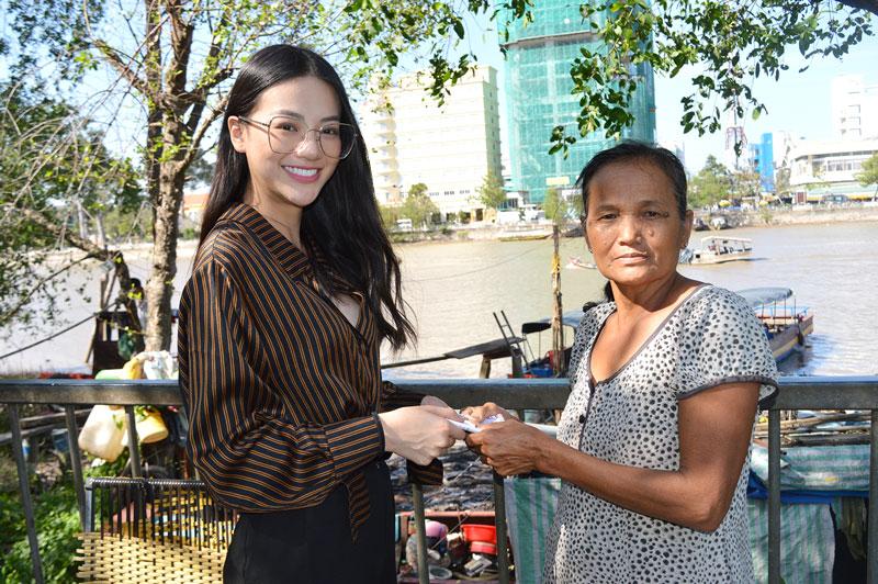 Phương Khánh trao tiền hỗ trợ chị Rừng.
