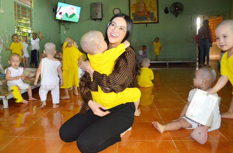 Phương Khánh vui đùa cùng các em thiếu nhi tại Mái ấm.