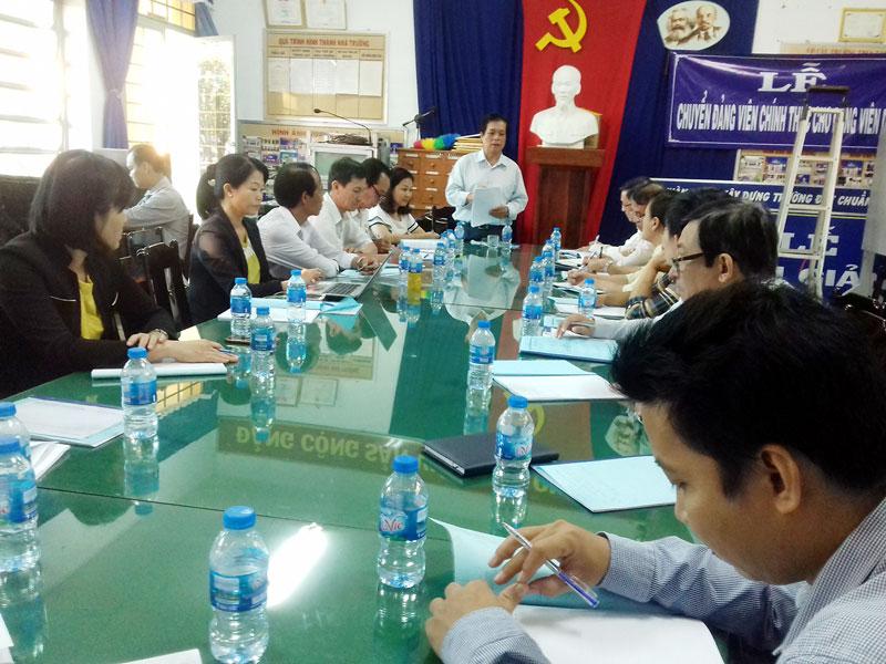 Phó giám đốc Sở GD & ĐT Lê Văn Chính đánh giá kết quả kiểm tra. Ảnh: Hoàng Loan