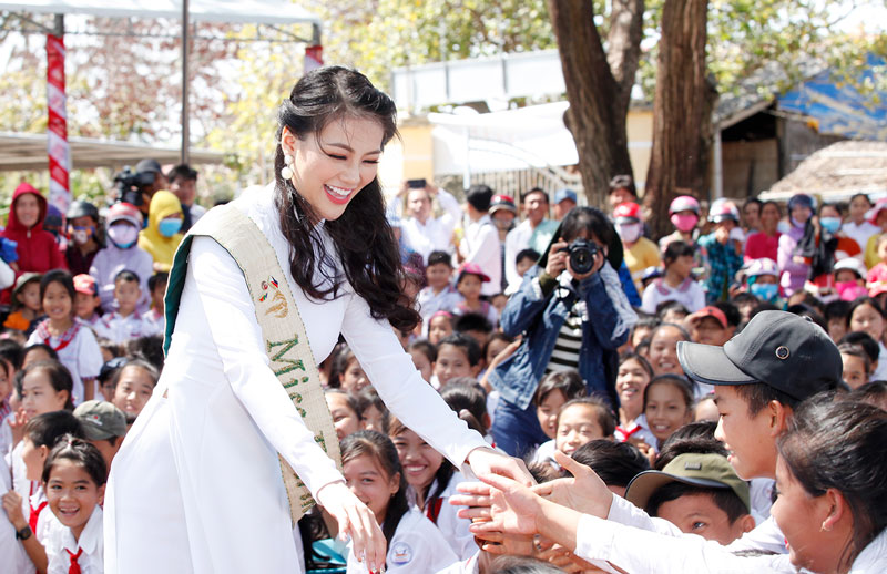Hoa hậu Nguyễn Phương Khánh giao lưu với học sinh trên địa bàn xã Thạnh Hải, huyện Thạnh Phú.