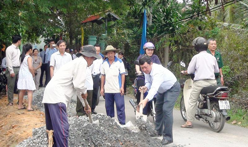 Ông Võ Thanh Hồng - Phó bí thư Thường trực Thành ủy phát động khởi công công trình đường ĐX 05 xã Phú Hưng. Ảnh: Hồng Quốc