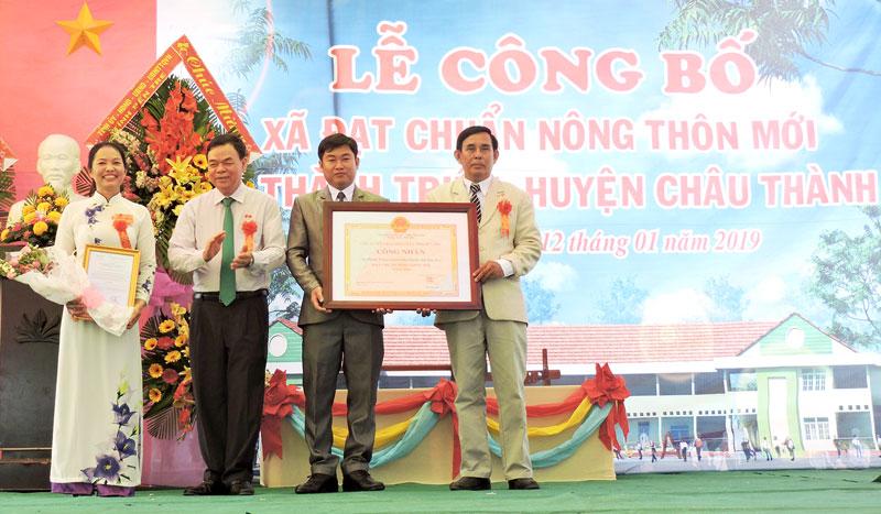 Bí thư Tỉnh ủy Võ Thành Hạo trao bằng công nhận Thành Triệu đạt chuẩn  NTM. Ảnh: Phạm Tuyết