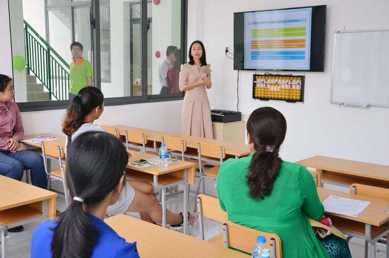 Các học viên và lãnh đạo, nhân viên Công ty Mirai Human cùng nhau chơi trò chơi dân gian.