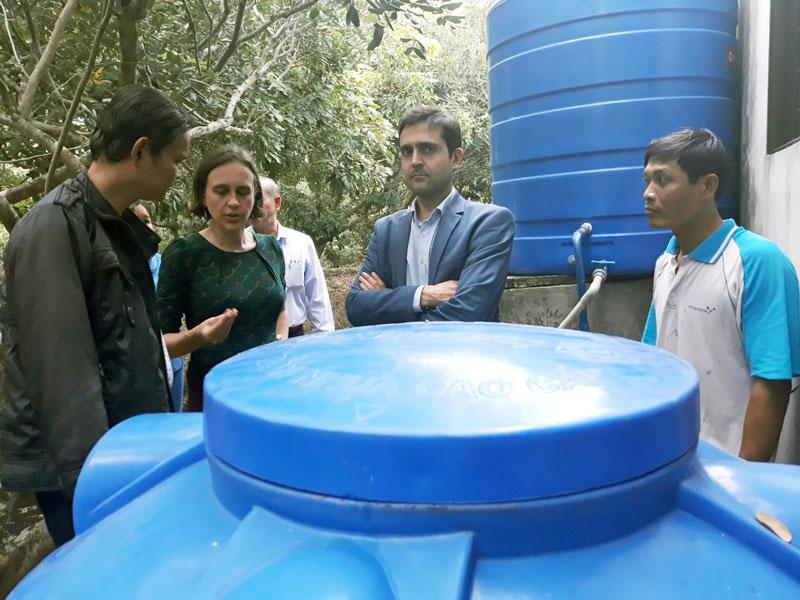 Đoàn Đại sứ Vương quốc Bỉ tại Việt Nam tìm hiểu mô hình lọc nước sinh học tại hộ ông Đặng Văn Thuật, ấp 4, xã Tam Hiệp. Ảnh: Đông Phú