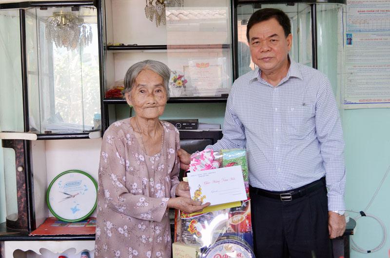 Bí thư tỉnh ủy Võ Thành Hạo trao quà tết cho hộ gia đình chính sách ở Thị trấn Giồng Trôm. Ảnh: A. Nguyệt