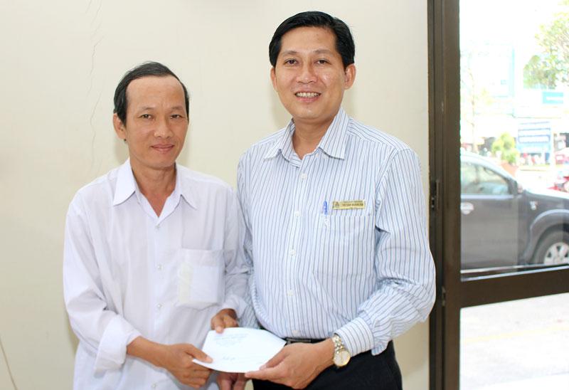 Chủ tịch CĐVC tỉnh Võ Văn Hoàng Em (bên phải) trao quà hỗ trợ cho CĐV bị bệnh, gặp nhiều khó khăn. Ảnh: H. Đức
