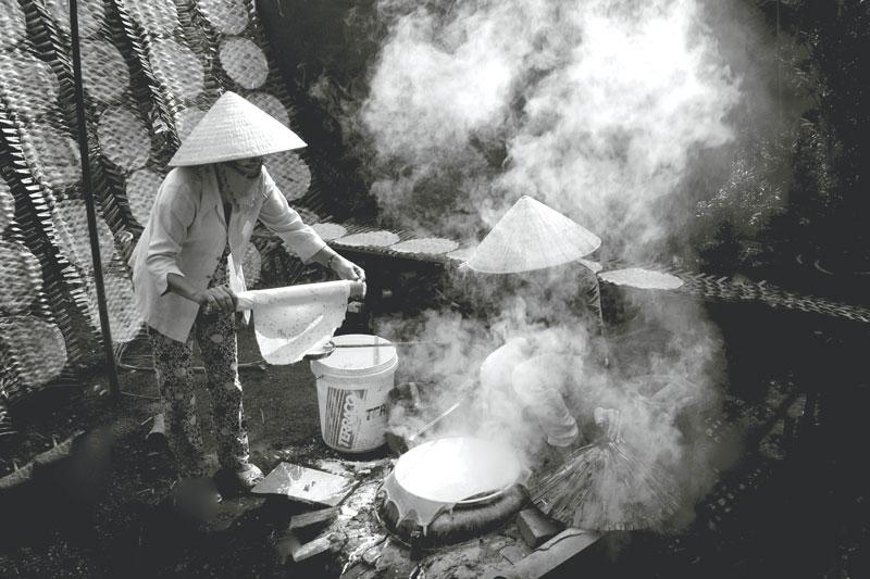 Công đoạn tráng bánh. Ảnh: Nguyễn Dừa