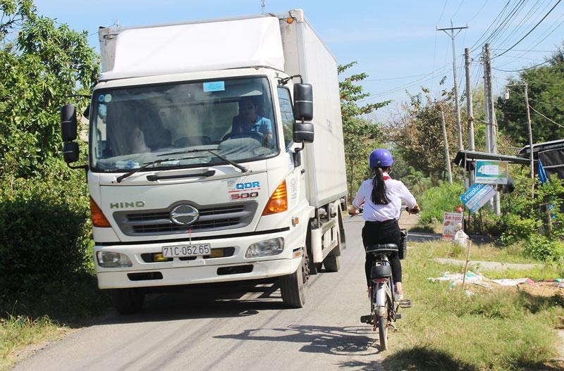 Hàng ngày, có nhiều xe chở hàng quá trọng tải cho phép (3,5 tấn) lưu thông trên đường Ao Vuông.  Ảnh: PV