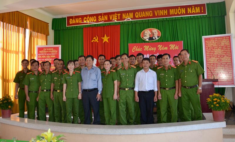 Phó Chủ tịch UBND tỉnh Nguyễn Hữu Lập chụp ảnh lưu niệm với cán bộ, chiến sĩ Phòng Cảnh sát phòng cháy, chữa cháy và Cứu nạn cứu hộ Ảnh: Bảo Nhân