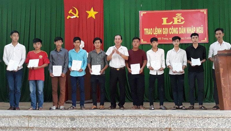 UBND xã Phước Mỹ Trung, huyện Mỏ Cày Bắc tổ chức trao lệnh gọi công dân nhập ngũ. Ảnh: Sơn Võ