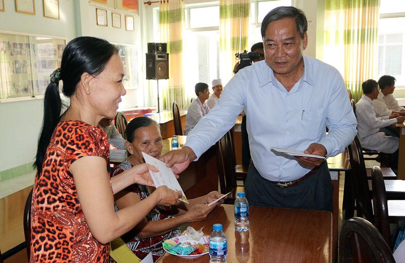Phó chủ tịch UBND tỉnh Nguyễn Hữu Phước tặng quà Tết cho bệnh nhân thuộc gia đình chính sách tại Bệnh viện Đa khoa Khu vực Cù Lao Minh. Ảnh: Phan Hân