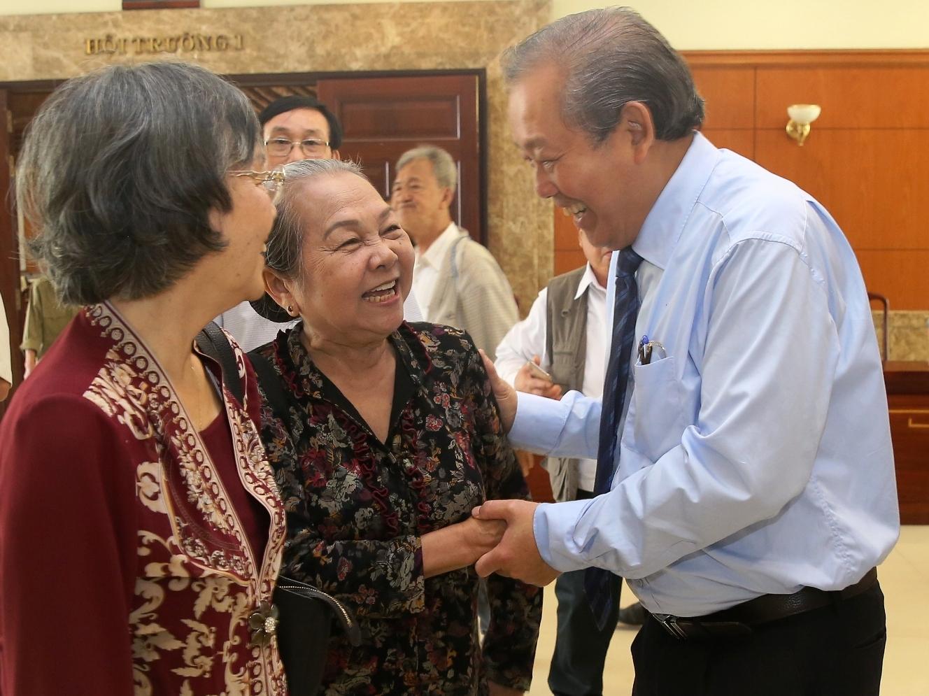 Phó thủ tướng Thường trực Chính phủ Trương Hoà Bình cùng các chiến sĩ cách mạng từng bị địch bắt tù đày. Ảnh: VGP/Mạnh Hùng