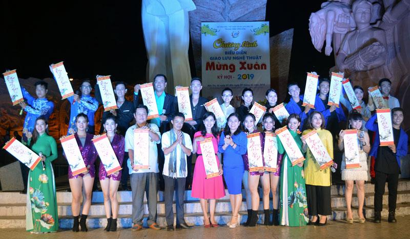 Trung tâm Văn hóa tỉnh Bến Tre tặng quà lưu niệm cho đoàn An Giang. Ảnh: Ánh Nguyệt