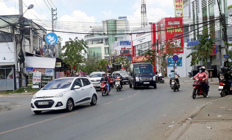 Phương tiện lưu thông tại khu vực cầu Mỏ Cày ngày mùng 2 Tết.
