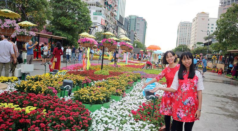 Chị Giang và con gái rất thích chiếc áo dài.