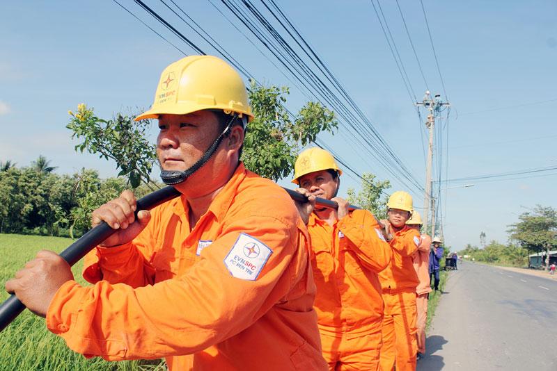 Nâng cấp lưới điện ở huyện Ba Tri. Ảnh: H.Mai