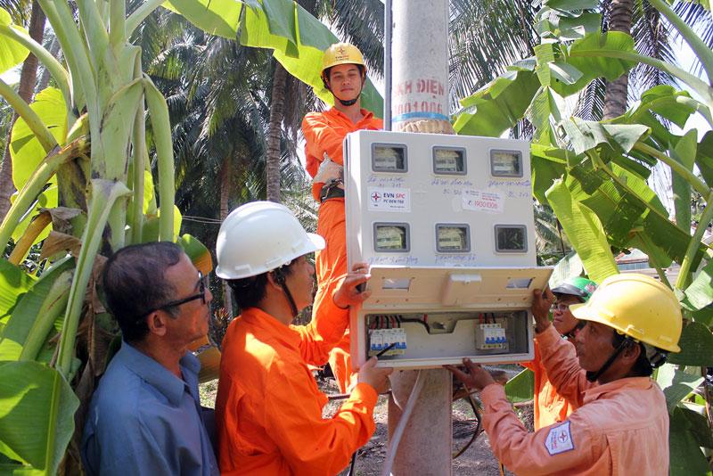 Lắp điện kế tại xã Vang Quới Tây, huyện Bình Đại. Ảnh: Hoàng Mai