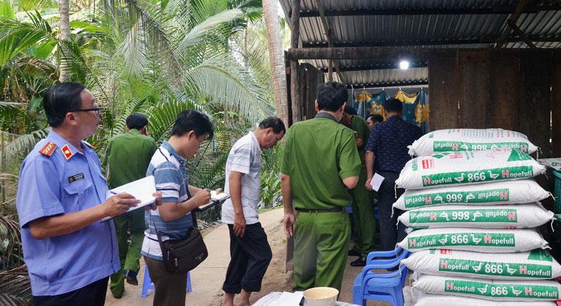 Khám nghiệm hiện trường vụ giết người tại xã Hòa Lộc, huyện Mỏ Cày Bắc. Ảnh: CTV