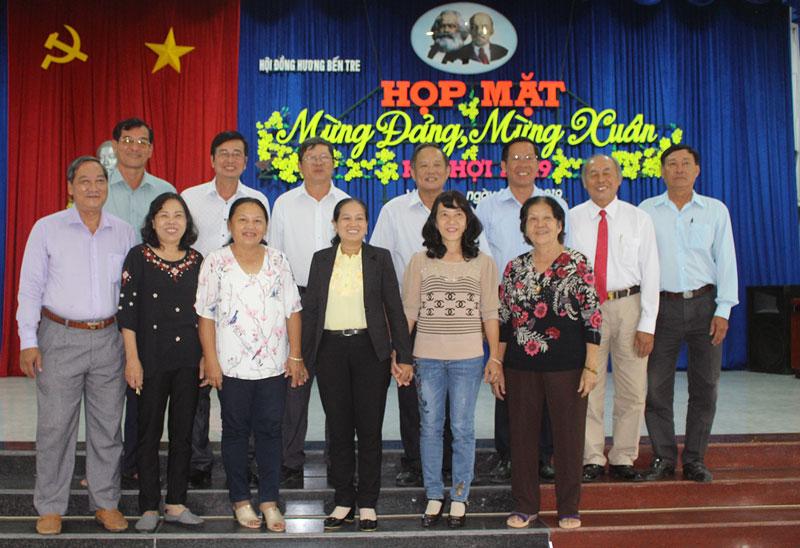 Phó bí thư Thường trực Tỉnh ủy Phan Văn Mãi chụp ảnh lưu niệm với đồng hương Bến Tre tại Vĩnh Long. Ảnh: Thành Lập