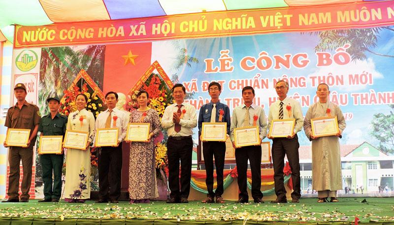 Bí thư Huyện ủy Trương Minh Nhựt trao bằng công nhận xã nông thôn mới cho Thành Triệu.