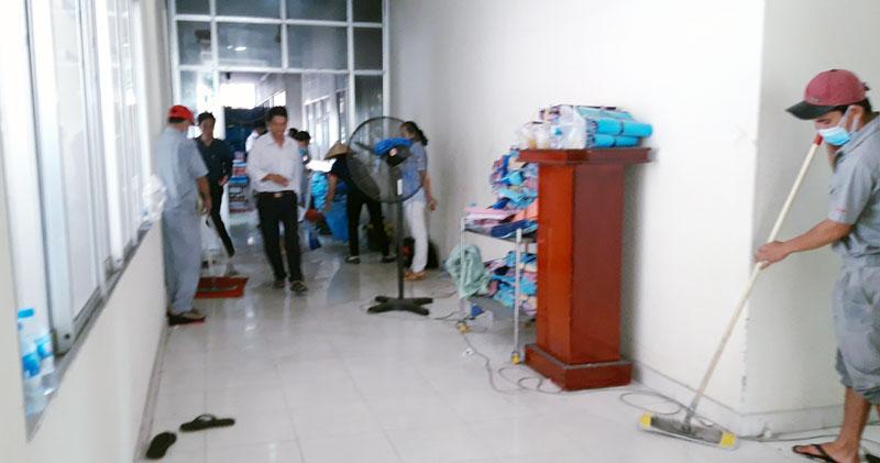 Nhân viên Bệnh viện Nguyễn Đình Chiểu làm vệ sinh khu bị cháy. Ảnh: Phan Hân